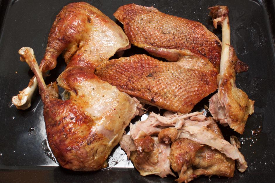 Gans ausgelöst, Brüste und Keulen, vorbereitet auf einem Backblech. Der Gänsebraten wird garantiert knusprig.