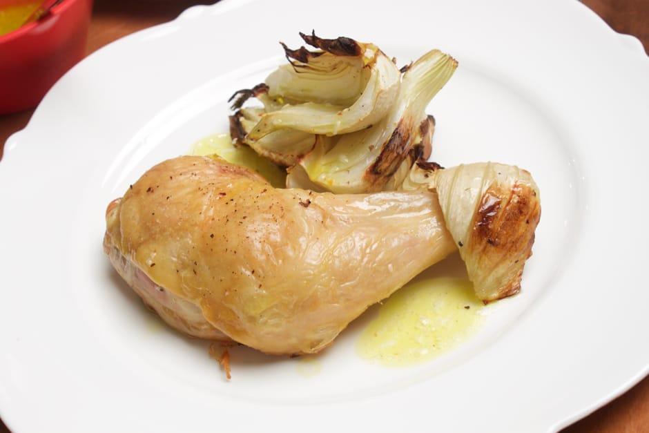 Hähnchenkeulen gebraten mit Fenchel und Zitronen- Olivenöl- Marinade. Gelingt im Backofen, einfaches Rezept von Thomas Sixt.