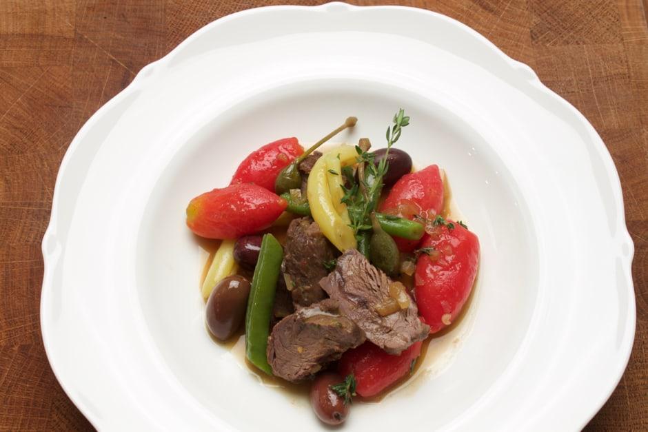Rezept Bild zu Hirschragout, eine feine Komposition mit Tomaten und Oliven. Dieses Ragout mit Hirsch schmeckt leicht und gelingt garantiert.