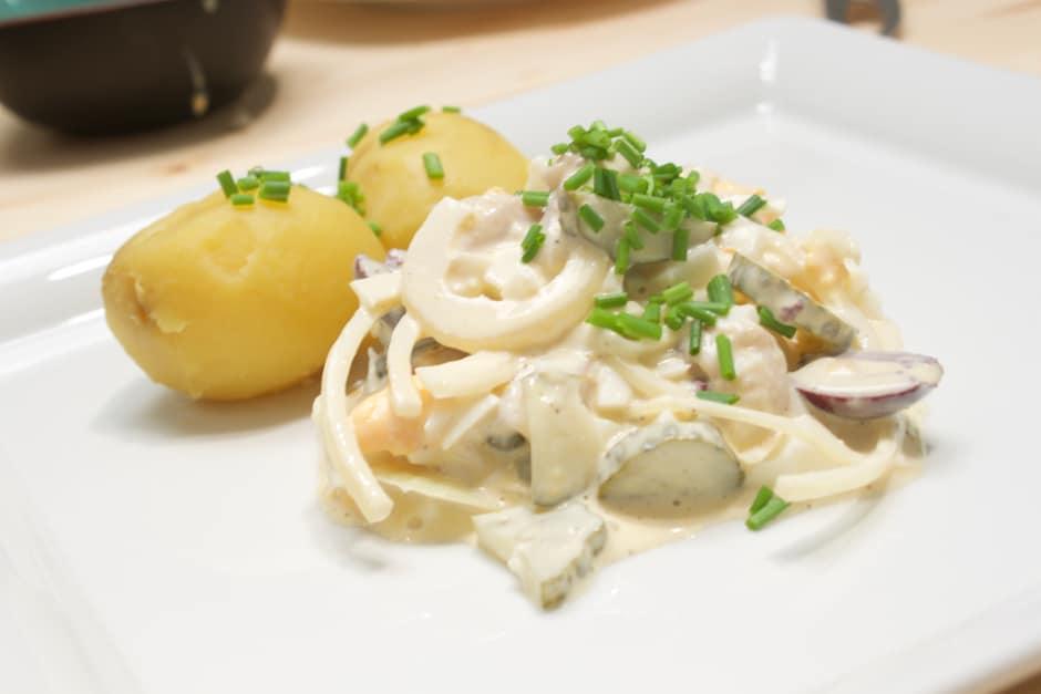Matjessalat mit Essiggurken und Zwiebeln, Schnittlauch dazu Pellkartoffeln Rezept Bild (c) Thomas Sixt
