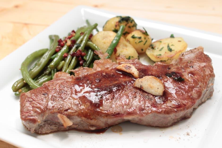 Rumpsteak mit Speckbohnen und Bratensaft, Rezept Bild von Thomas Sixt, dieses Steak schmeckt großartig.