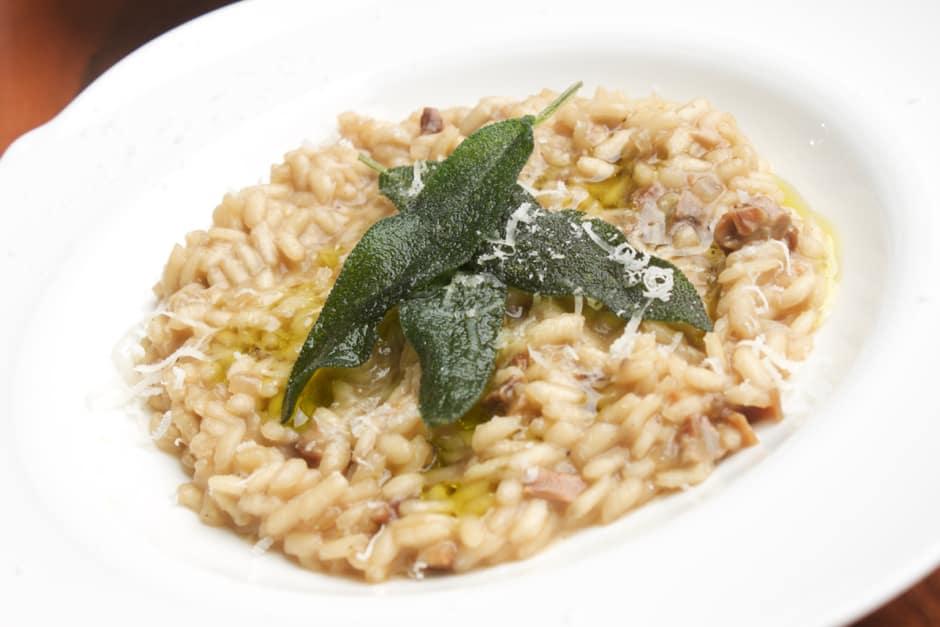 Steinpilzrisotto mit fritteirtem knusprigen Salbei und Parmesan. Rezept Bild von Thomas Sixt.