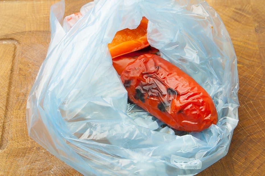 gegrillte paprikaschote in plastiktüte