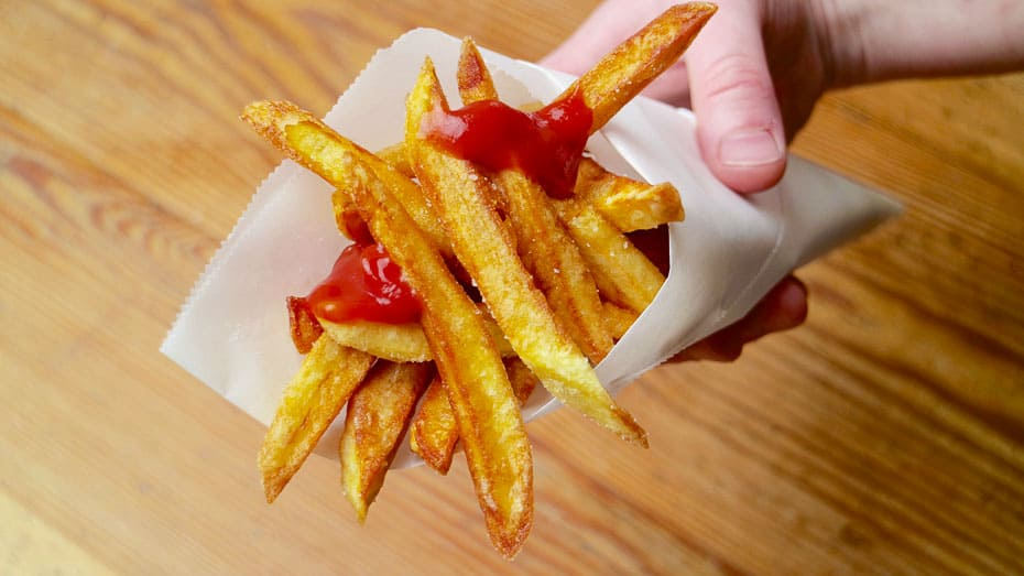 Pommes frites selbst gemacht in der Tüte mit Ketchup