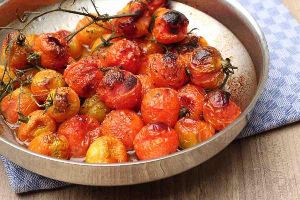 Im Backofen gegarte Tomaten für Tomatensauce.