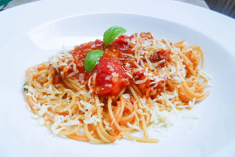 Spaghetti mit Tomatensauce, Basilikum und Parmesan