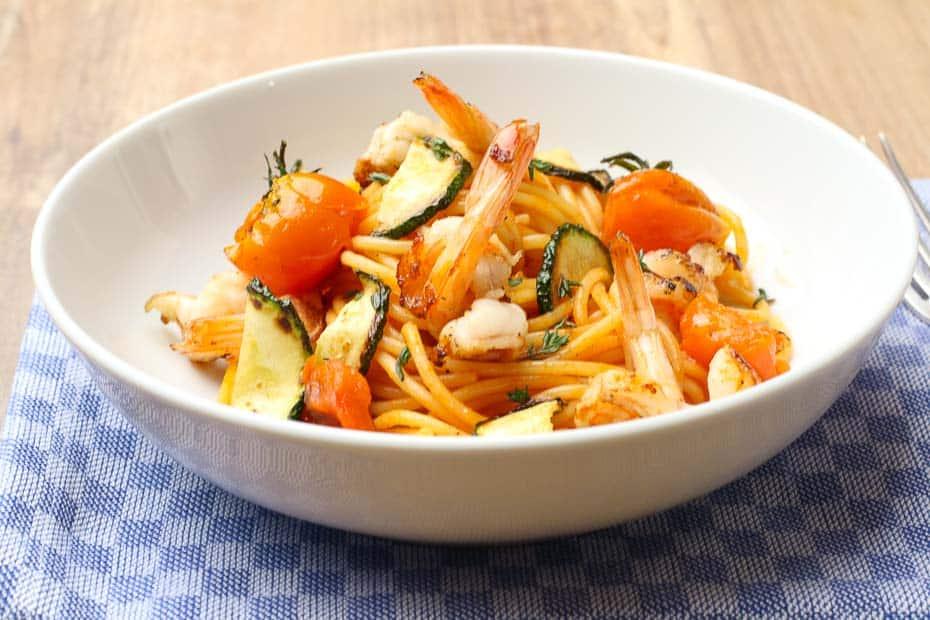 Spaghetti mit Tomatensosse und Garnelen