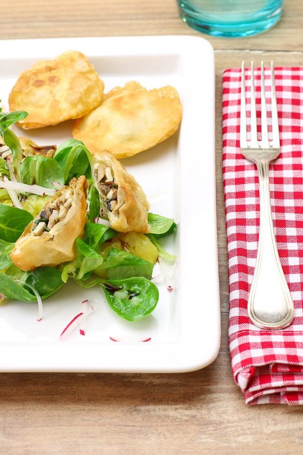 Erdäpfelsalat mit Feldsalat dazu Pilze im knusprigen Strudelblatt.