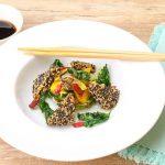 Tofu im Sesam-Mantel auf Gemüse-Salat und frittierter Petersilie