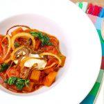 Kartoffelgulasch mit Röstzwiebel, Petersilie, Creme fraiche