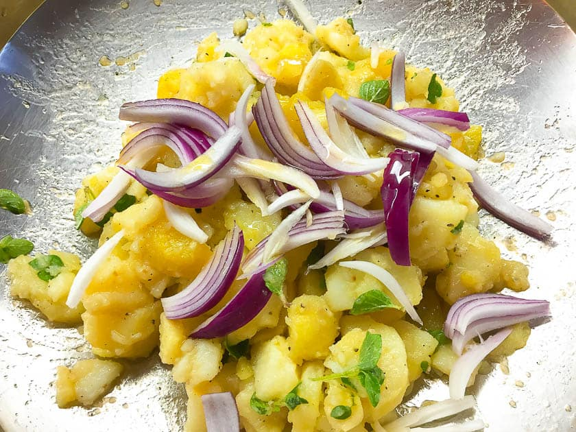 Kartoffelsalat mit Olivenöl und Zwiebeln