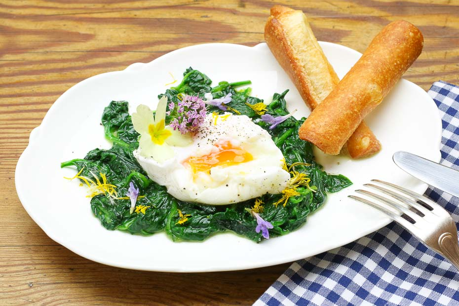 Poached egg on spinach and wild herbs, an ideal recipe for Easter.