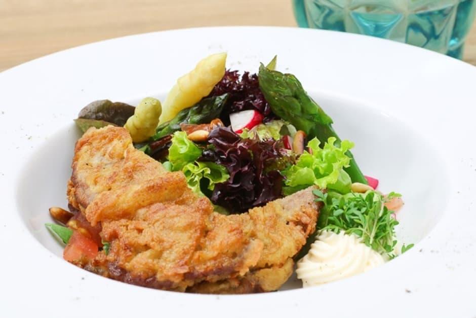 Salat mit Rindfleisch in der Senfkruste