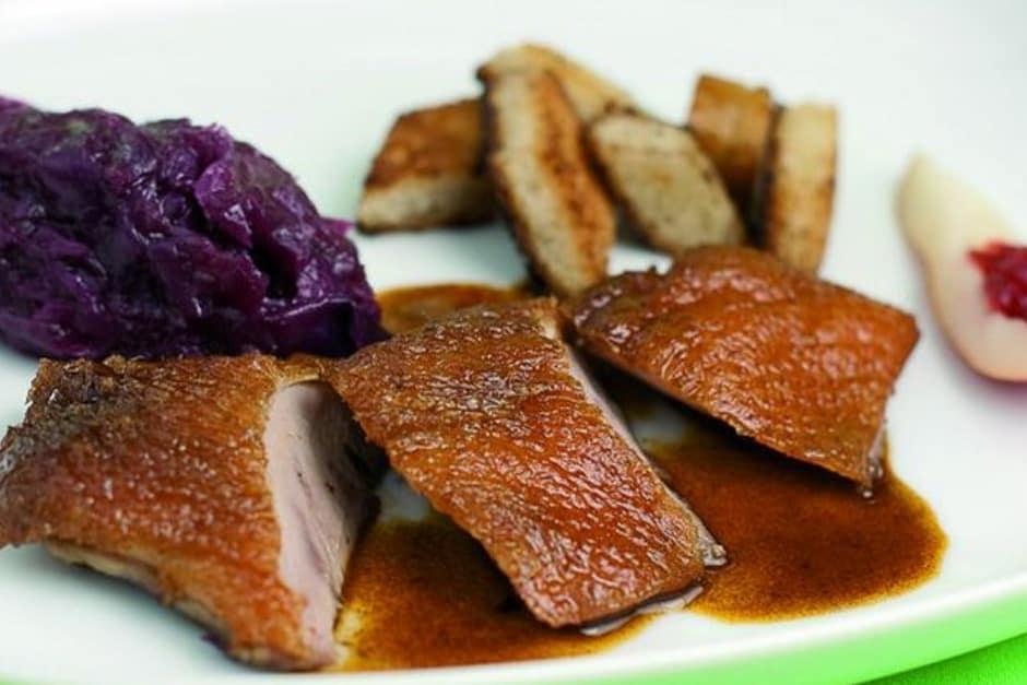 Sauce zur Entenbrust zubereiten, Rezept Tipp von Thomas Sixt Bild Entenbrust mit Soße auf Teller angerichtet