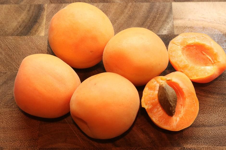 Frische Aprikosen aufgeschnitten mit Kern auf einem Brett fotografiert. Foodbild © Thomas Sixt