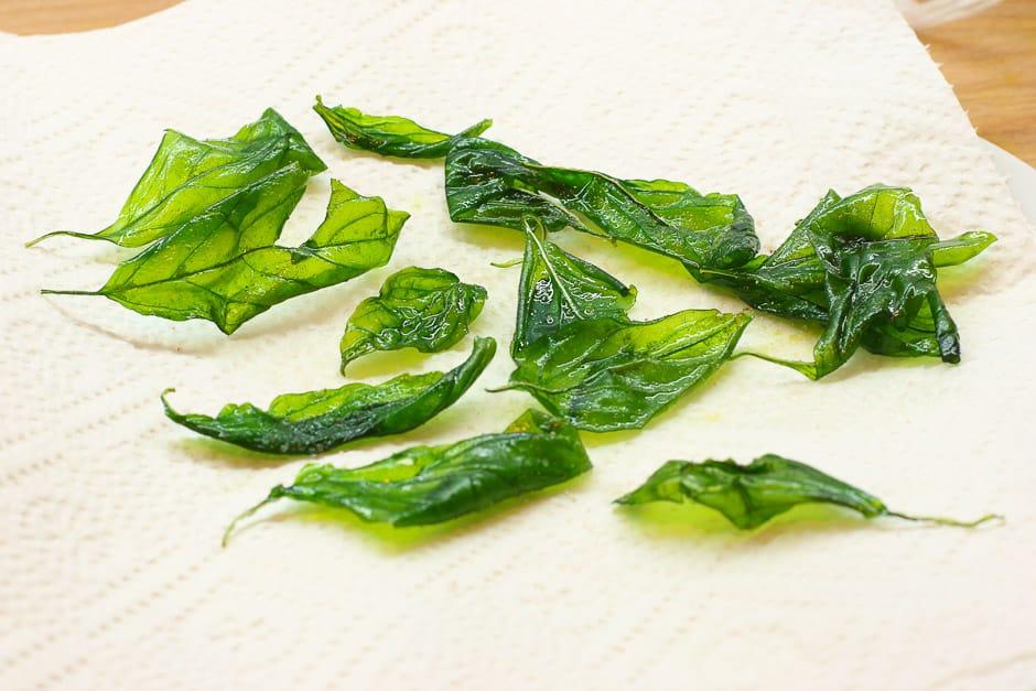 Basilikumblätter knusprig frittiert auf Küchenkrepp vorbereitet