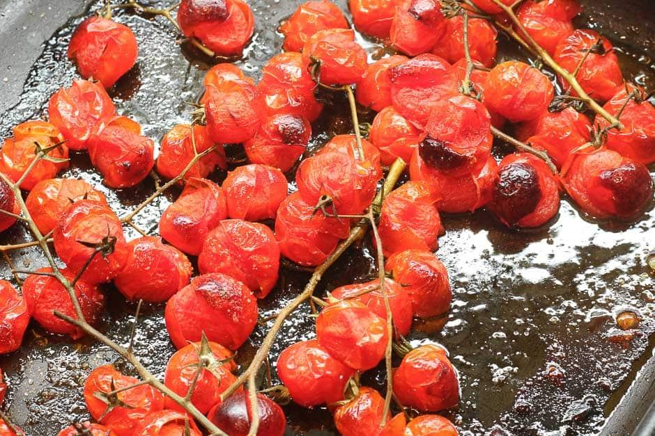 Karamelisierte Tomaten auf einem Backblech.
