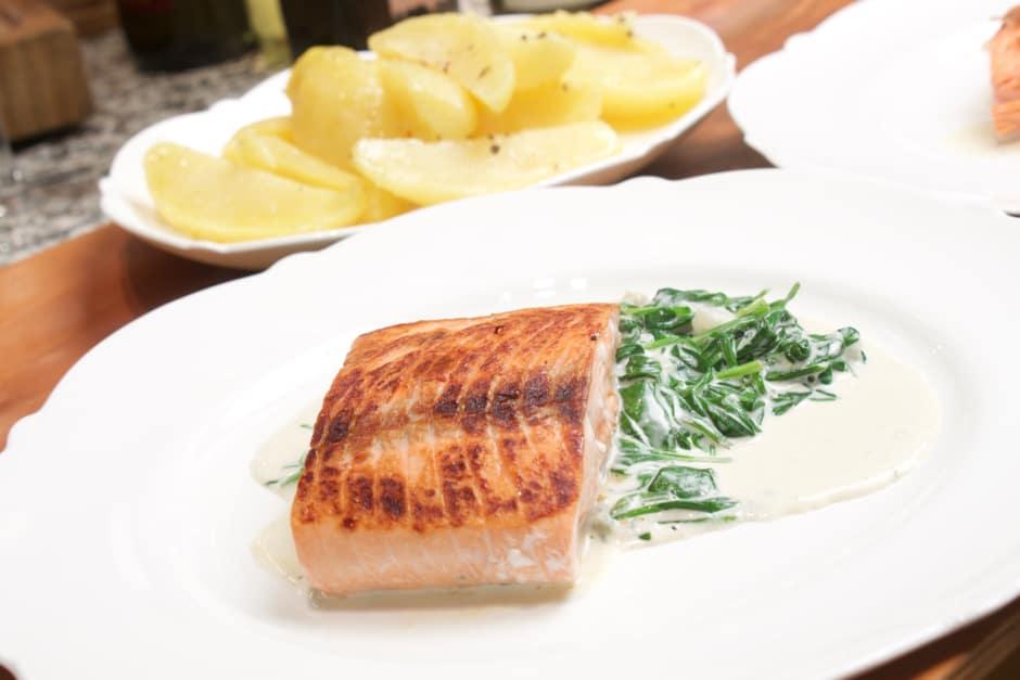 Lachs mit Spinat und Sahne soße, Rezeptbild, Foodbild ©Thomas Sixt