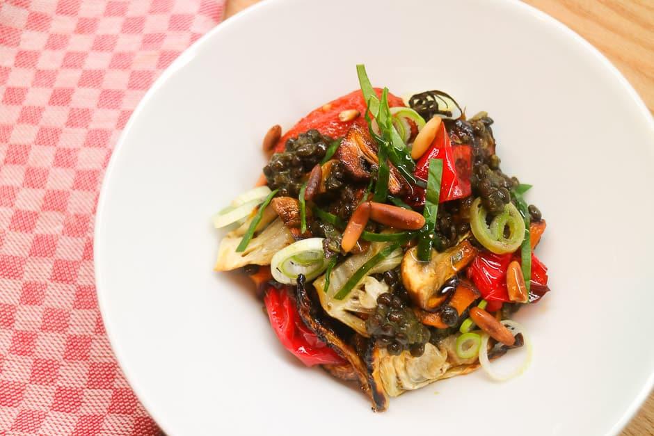 Angerichteter Linsensalat mit Gemüse.