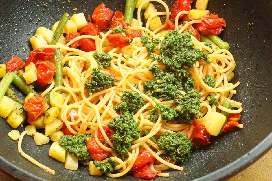 Nudeln mit Pesto und Gemüse, Pasta Spaghetti lecker gekocht