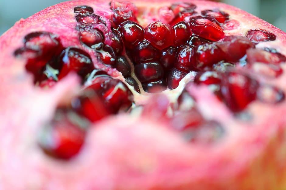 Der Granatapfel ist schon wegen seiner Farbe ein gutes Obst für die Liebesküche. Den erotischen Apfel kannst Du auspressen oder die Kerne dekorativ verwenden.