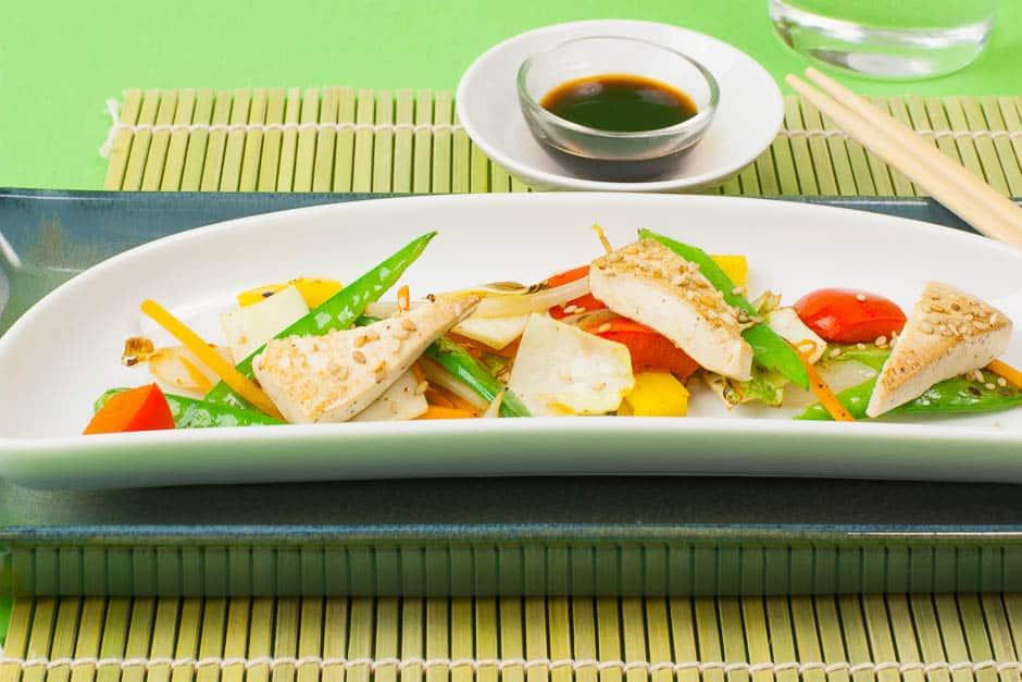 Gemüse aus der PFanne mit Tofu zubereitet und angerichtet. © Thomas Sixt Food Fotograf