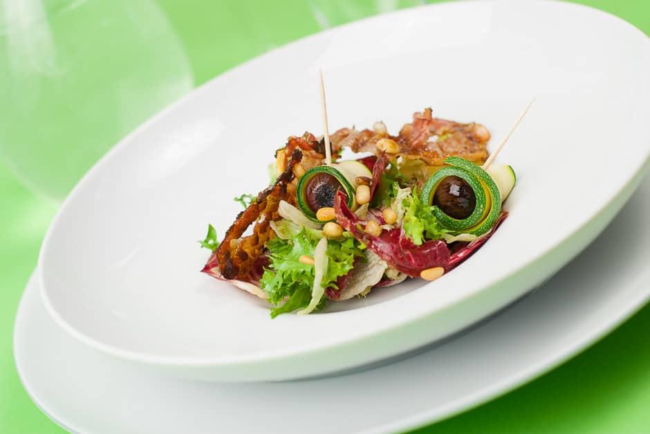 Soomersalat blattsalat mit Balsamico Zwiebeln und Zucchini
