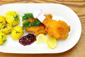 Backhenderl mit Beilagen alias original bayerische Chicken Nuggets.