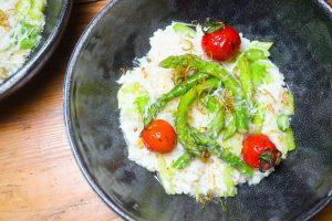 Spargelrisotto mit grünem Spargel dazu Tomaten
