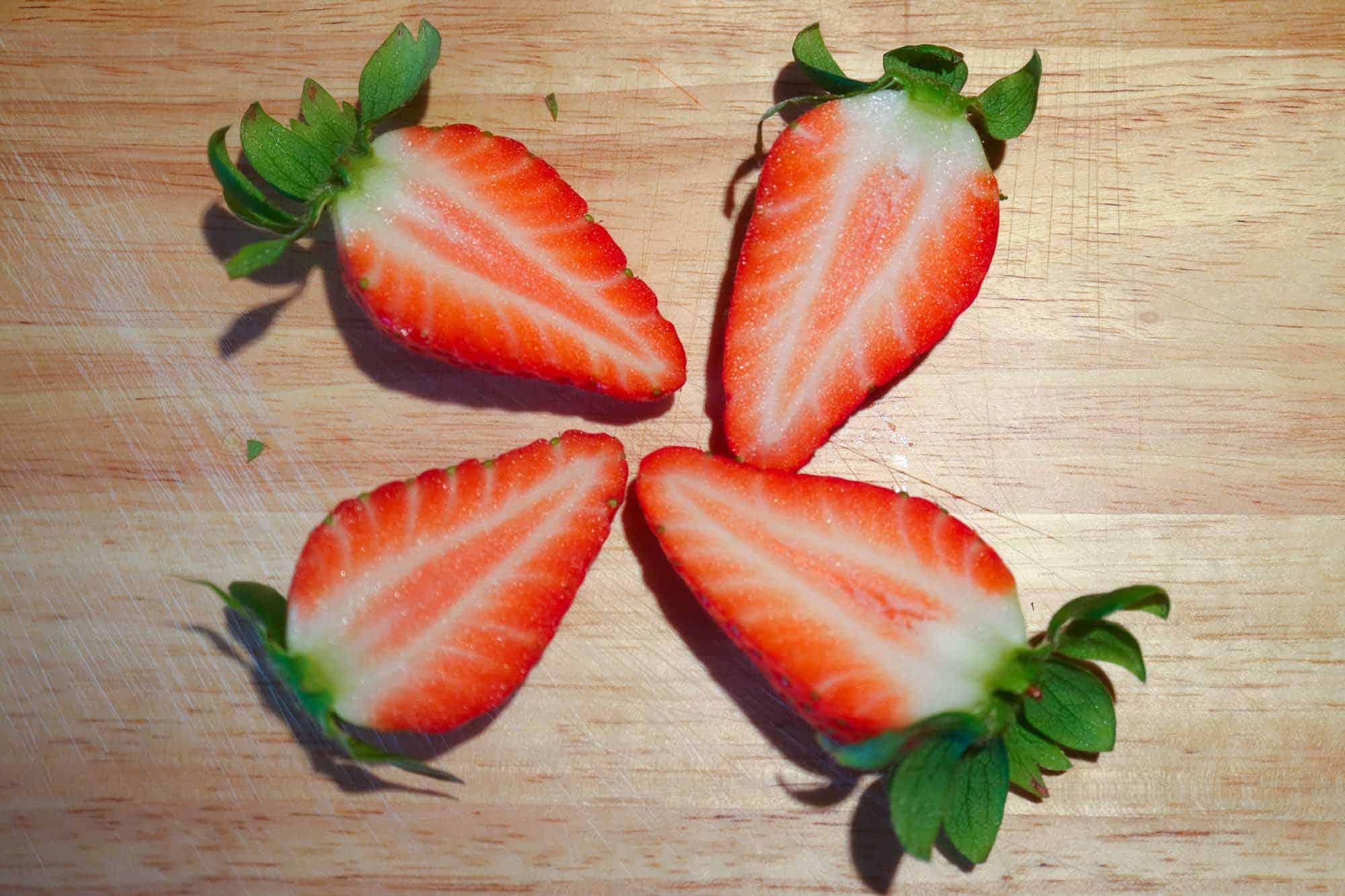 Frische Erdbeeren für das Erdbeerrisotto vorbereiten