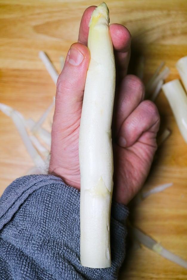 Spargel schälen Finger und Handtechnik