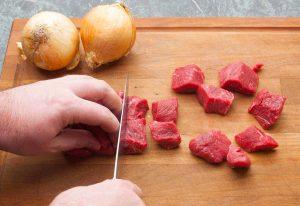 Rindergulasch Fleisch Schneiden und für das Gulasch kochen vorbereiten
