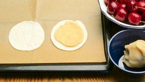 MArzipan auf Blätterteig legen damit die Kirschen eine tolle und leckere Unterlage bekommen.
