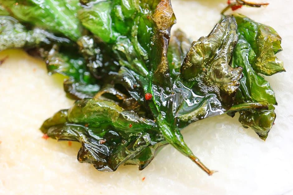 Knusprig frittierte Petersilie für Kräuterquark