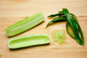 Gurke für den salat vorbereiten