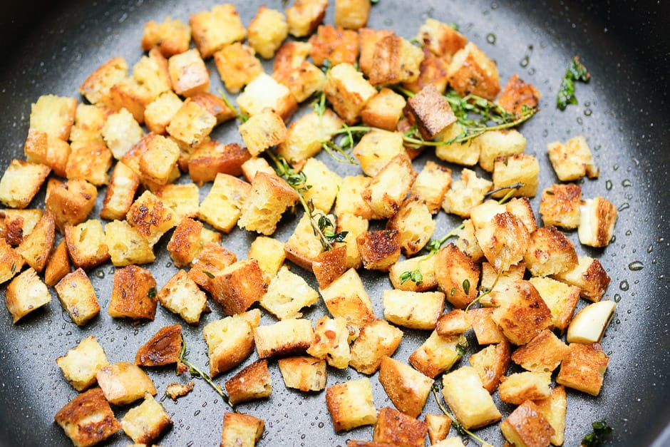 Crôutons bread cubes while roasting in the pan.