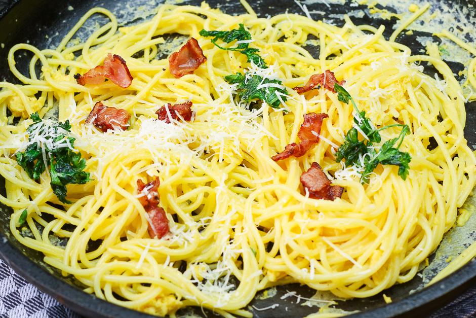 Spaghetti Carbonara in einer Pfanne fotografiert.