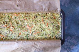Low Carb Brot optimal einfüllen und glatt streichen.