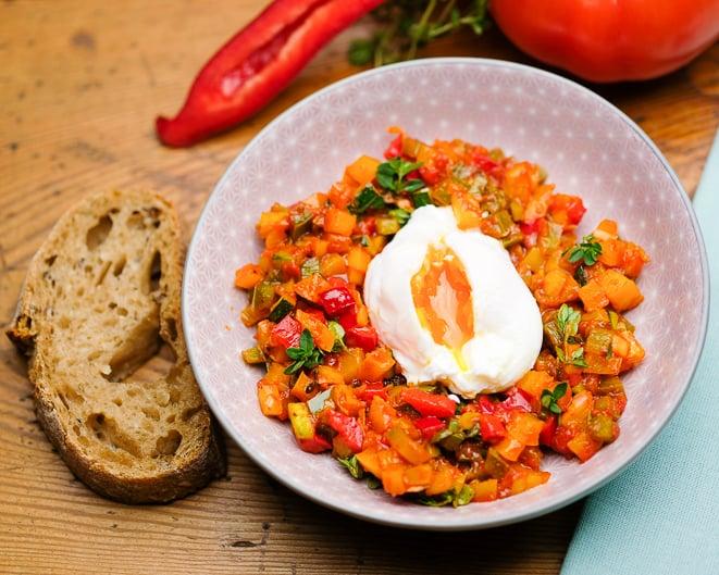 Verlorene Eier mit Ratatouille Gemüse.