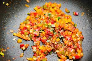 Ratatouille Gemüse in der Pfanne mit tomatenmark.