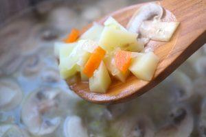 Anschwitzen von Gemüse mit Zwiebeln