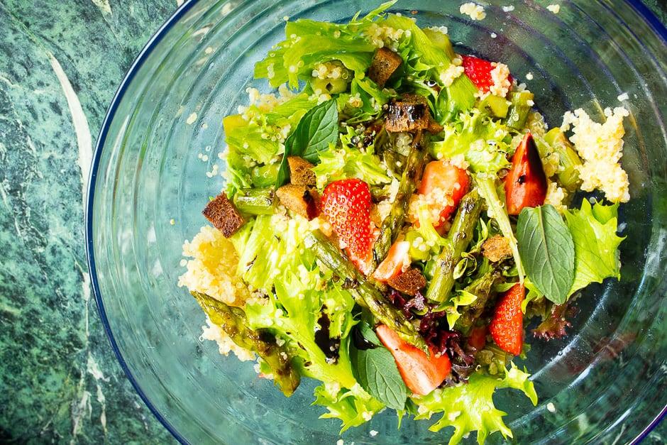 Couscous mit Minze, Spargel und Erdbeeren, erfrischender Salat