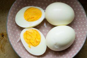 Frisch gekochte, harte Eier als Füllung für Falscher Hase vorbereitet.