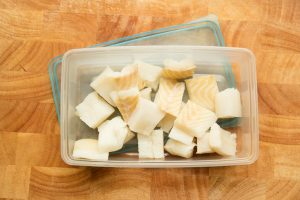 Heilbutt Fischstücke zum einfrieren vorbereitet.