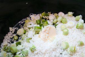 Reis kochen, vorher Reis mit Zwiebeln und Butter anbraten.
