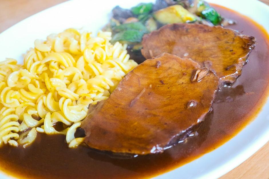 Arrange roast beef with sauce and garnish hot.