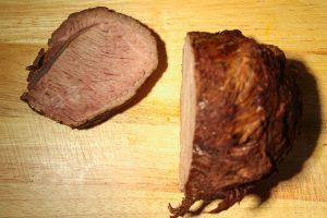 Fleisch vom Rinderbraten aufschneiden.