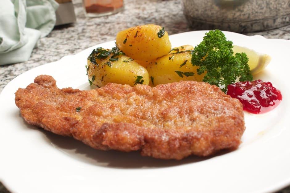 Wiener Schnitzel mit Preiselbeeren und Kartoffeln.