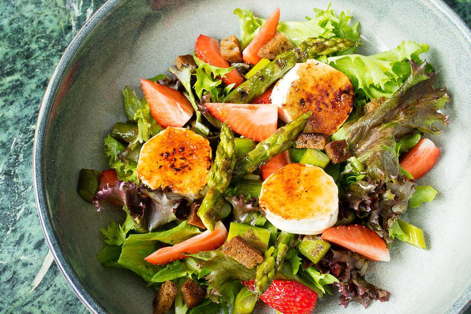 Ziegenkäse Salat angerichtet