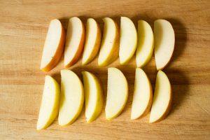 Apfelspalten schneiden